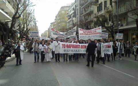Θεσσαλονίκη: Ρίψη κερμάτων σε… απεργοσπάστη φαρμακοποιό