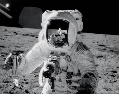 Βιέννη: Στο… σφυρί κάμερα από τη Σελήνη!