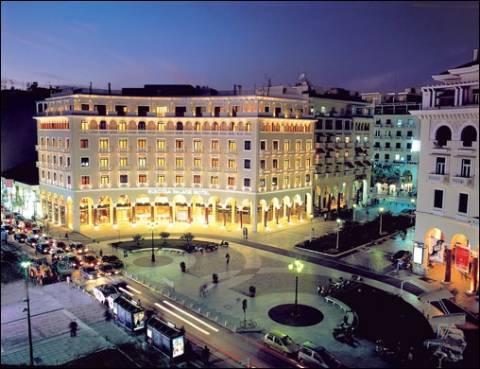 Η φωτογραφία που τρελαίνει τη Θεσσαλονίκη: «Έφραξε» την καφετέρια και…