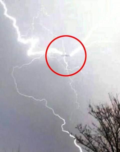 Δραματικές εικόνες- Κεραυνός χτυπάει αεροπλάνο!