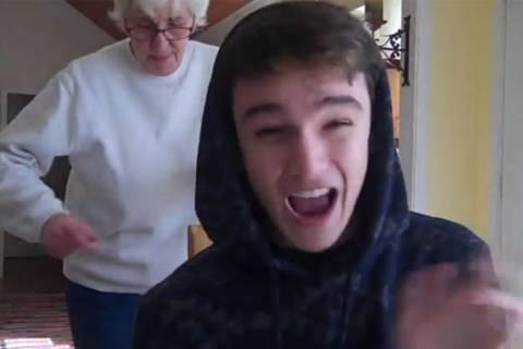 ΔΕΝ ΕΧΕΙ ΞΑΝΑΓΙΝΕΙ: Ο εγγονός ραπάρει και η γιαγιά χορεύει! (video)
