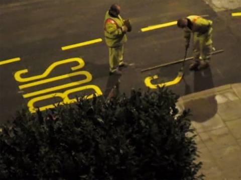 Λονδίνο: Έτσι ζωγραφίζουν τα σήματα στους δρόμους! (video)
