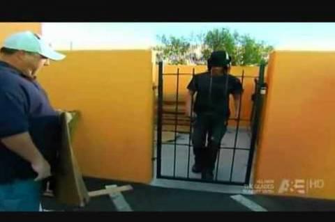 Έλληνας μάγος περνάει ανάμεσα από πόρτα on camera (video)