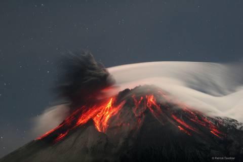 Ισημερινός: Εντυπωσιακή έκρηξη ηφαιστείου (video)