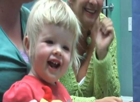 Κουφό και τυφλό κοριτσάκι ακούει για πρώτη φορά τη μαμά του! (βίντεο)