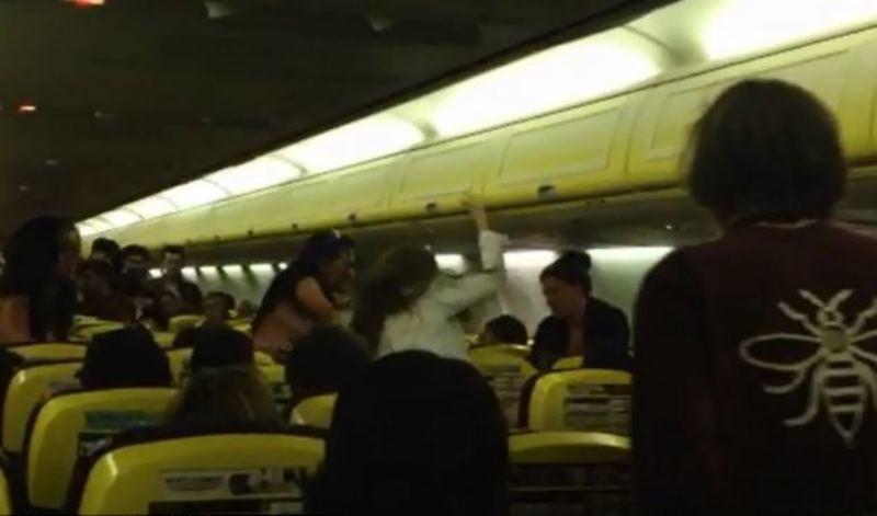Νύφη γρονθοκοπεί την παράνυφό της στα 30.000 πόδια! (video+photos)