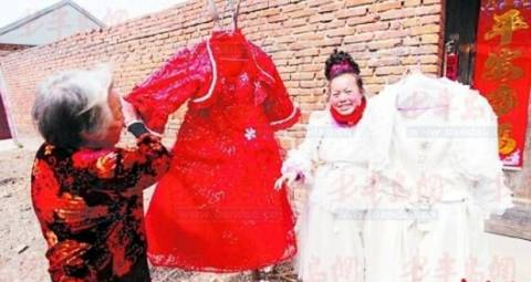 Τραγική ιστορία: Η γυναίκα που φοράει νυφικό εδώ και 10 χρόνια