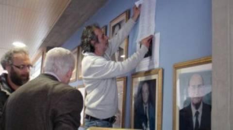 Συμβολική κίνηση αποκαθήλωσης πορτρέτων «δωσίλογων» Δημάρχων