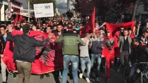 Αλβανοί υμνούν τον Καρέλι καίγοντας Ελληνικές σημαίες…(vid)