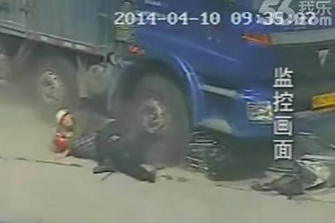 Πατέρας αυτοθυσιάστηκε για να σώσει το παιδί του! (video+photos)