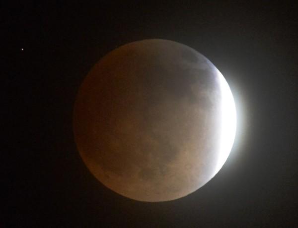Εκπληκτικές φωτογραφίες από το «ματωμένο φεγγάρι»