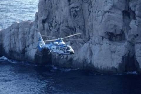 Μεγάλη επιχείρηση διάσωσης ψαρά που εγκλωβίστηκε σε βράχια