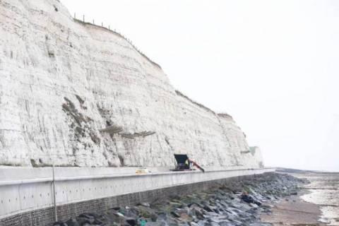 Βρετανία: Βούτηξε με το αυτοκίνητο από τα 25 μέτρα! (photos)