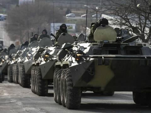 Φάλαγγα στρατιωτικών οχημάτων με τη ρωσική σημαία στο Σλαβιάνσκ