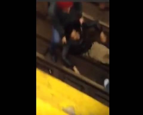 Σοκαριστικό βίντεο: Ξάπλωσε στις γραμμές του τρένου και ούρλιαζε