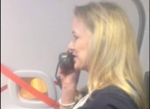 Αεροσυνοδός δε δίνει τις συνηθισμένες οδηγίες ασφαλείας (vid+phs)
