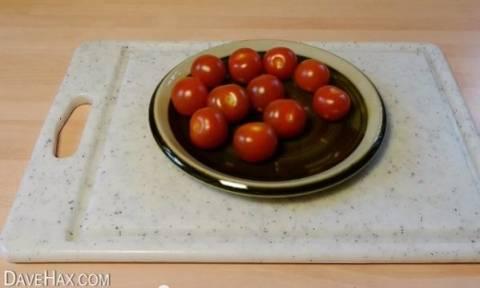 Απίστευτο! Μέσα σε 5 δεύτερα κόβει ταυτόχρονα 10 ντομάτες! (βίντεο)