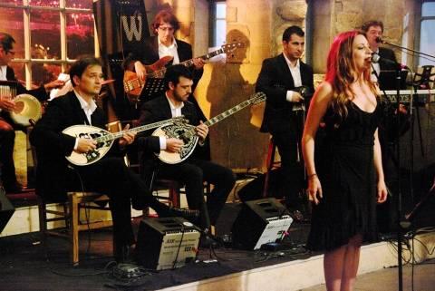 Ανάσταση με τραγούδι και ταινίες για τα κανάλια