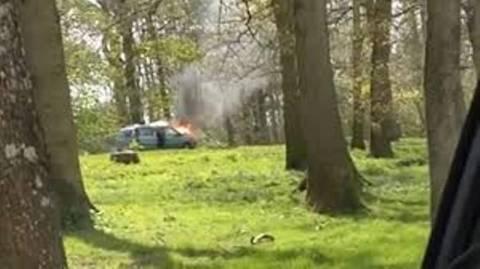 Το αυτοκίνητό τους έπιασε φωτιά ανάμεσα σε λιοντάρια! (videos)