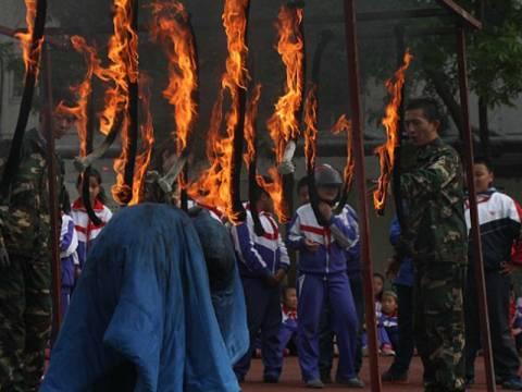 Ρίχνουν τους μαθητές στις φλόγες (pics)