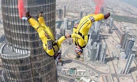 Base Jump από το ψηλότερο κτίριο στον κόσμο (pics&vid)