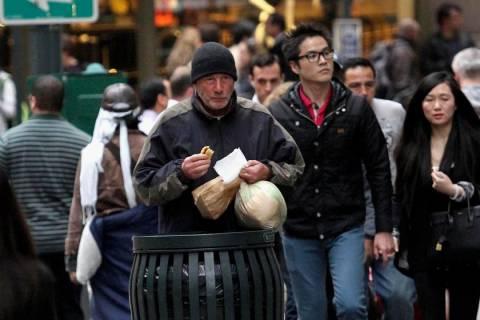 Έδωσε μια σακούλα φαγητό στον ρακένδυτο Ρίτσαρντ Γκιρ (pics)!