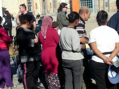 Θράκη: Ψηφοφόροι μοιράζουν τρόφιμα σε αθίγγανους για να τους ψηφίσουν
