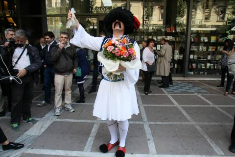 Ο τσολιάς από την «Ελληνοφρένεια» υποδέχτηκε Κουβέλη και ΓΑΠ (pics)