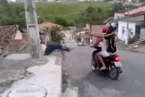 Εν ψυχρώ «δολοφονία» παιδιού on camera! (video)