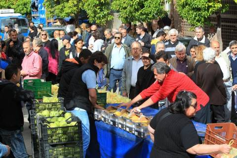 Σκηνές χάους: Πολίτες γκρεμίζουν τους πάγκους για να πάρουν τρόφιμα