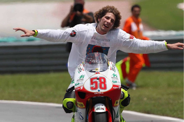 marco-simoncelli-vince-il-mondiale-250-2008