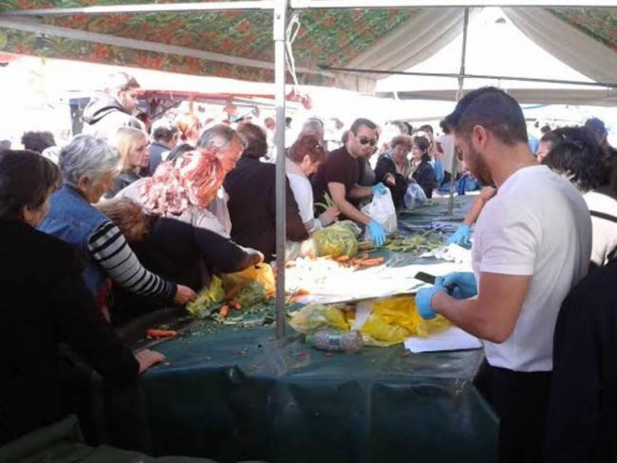 Μοιράζουν τρόφιμα οι παραγωγοί στα διόδια των Αφιδνών
