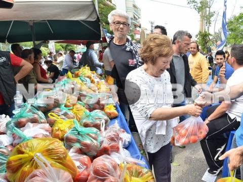 Περισσός: Δωρεάν διανομή τροφίμων από παραγωγούς λαϊκών (pics&vid)