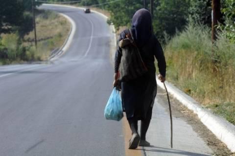 Κάνει θραύση: Θα μείνετε όταν δείτε το τσεμπέρι που φοράει η γιαγιά