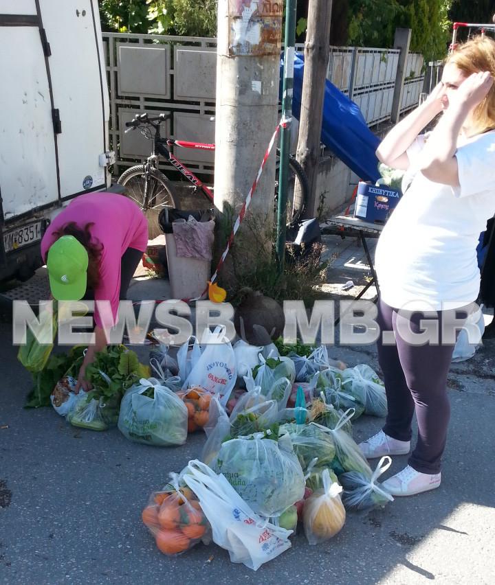 Συνωστισμός στη διανομή δωρεάν τροφίμων στον Γέρακα (pics+vid)