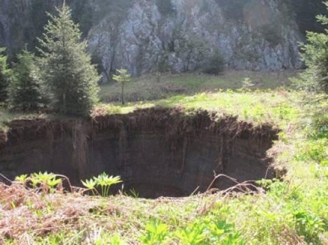 Άνοιξε κρατήρας... στα Τρίκαλα (pics)