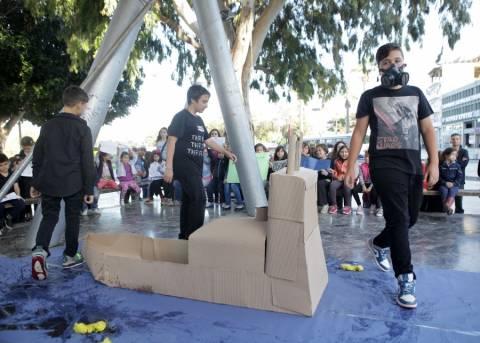 Κρήτη: Μαθητές ντυμένοι στα μαύρα γέμισαν την πλατεία Ελευθερίας (pics)