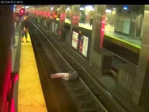 Σώθηκε λίγα λεπτά πριν μπει το τρένο στον σταθμό (vid)