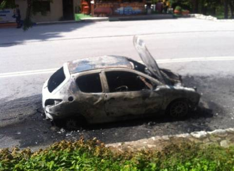 Γλίτωσαν από θαύμα: Σώθηκαν δύο κορίτσια τελευταία στιγμή - Κάηκε το αυτοκίνητο