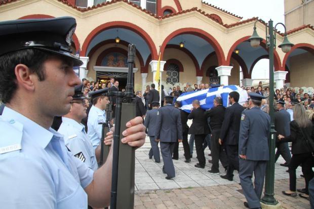 Θρήνος και οδύνη στο τελευταίο αντίο του 35χρονου αστυνομικού (photos)