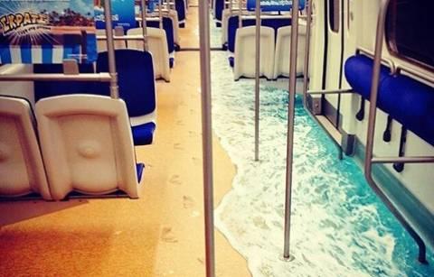 «Μύρισε» καλοκαιράκι στο μετρό: Η φωτογραφία που τρελαίνει τα media!