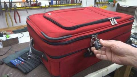 Δείτε πώς οι βαλίτσες με λουκέτο παραβιάζονται με τον πιο απλό τρόπο (Video)