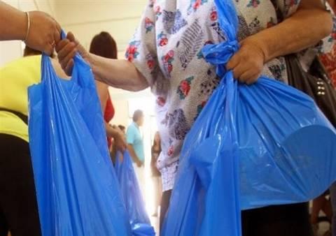 ΠΡΟΚΛΗΣΗ: Υποψήφιος διακινούσε προεκλογικά φυλλάδια σε τσάντες τροφίμων