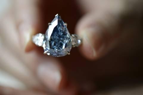 Μπλε διαμάντι «έπιασε» σε δημοπρασία 23,79 εκατομμύρια δολάρια