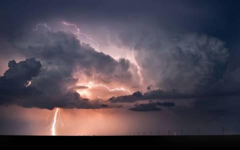Οι δυνατοί ηλιακοί «άνεμοι» αυξάνουν τους κεραυνούς στη Γη