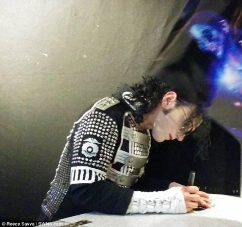 Χαμός στο διαδίκτυο: Είναι αυτό το... φάντασμα του Μάικλ Τζάκσον; (pics)