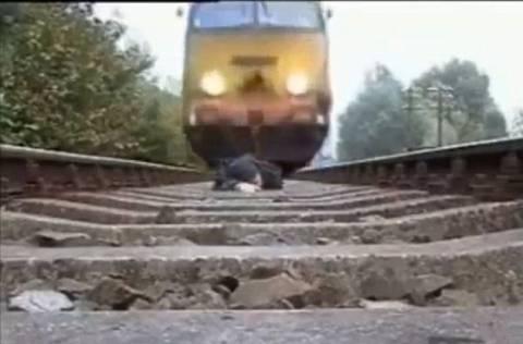 Ξάπλωσε στις ράγες και πέρασε το τρένο από πάνω του! (βίντεο)