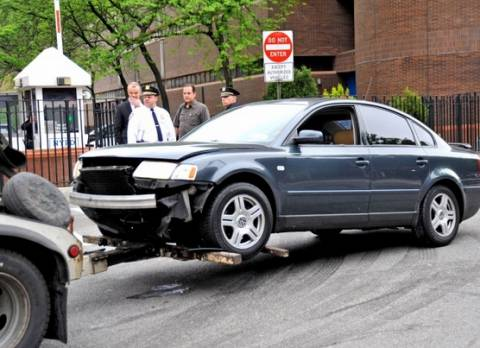 Μεθυσμένος οδηγός έριξε το αμάξι του στα κεντρικά της αστυνομίας