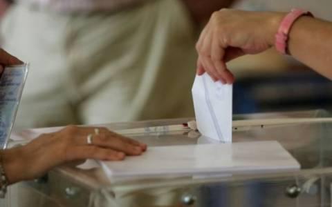 Εκλογές 2014 - Ηλεία: Καθαρίστρια βρήκε κάτω από θρανίο έντεκα...