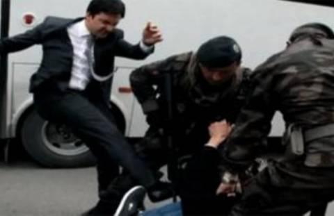 Κλώτσησε διαδηλωτή και... πήρε αναρρωτική για πρήξιμο